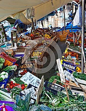 Mercado flotante veneciano Imagen editorial