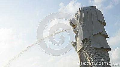 Merlion statua przeciw ranku niebu zbiory wideo