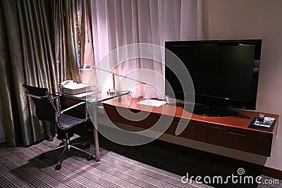 Mesa do hotel e lâmpada de leitura