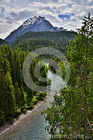 Mesón de las montañas suizas, Scuol-río