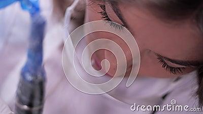 Mestre permanente da composição da cara do close-up Pode-se ver como a máquina funciona 4K mo lento filme