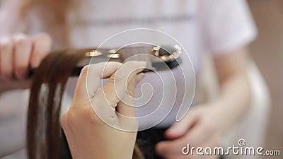 Mestre que passa o cabelo artificial no salão de beleza video estoque