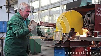 Metaalproducten die fabriek verwerken stock videobeelden