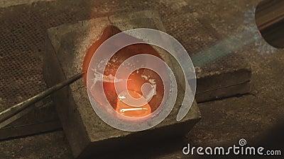 Metal do topienia złota: srebro, złoto, z palnikiem gazowym zdjęcie wideo