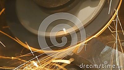 Metallklipp såg Metallklipp såg snitt ett stål Gnistor flyger sammanlagt riktningar Närbild arkivfilmer