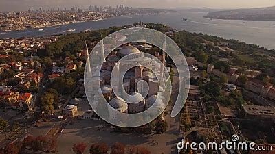 Metragem aérea de Hagia Sophia na cidade de Istambul Tiro surpreendente 4K vídeos de arquivo