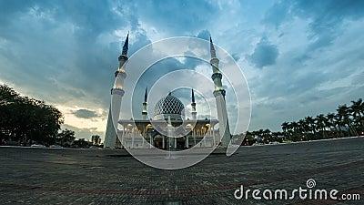 metragem cinemático do Time Lapse da filtração 4K direita para a esquerda da mesquita do estado de Selangor em Shah Alam, Malásia filme