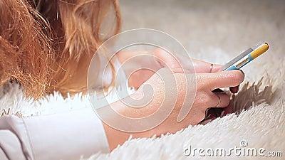 Metragem do hd do fundo de l?s dos sms da c?pia do telefone da jovem mulher vídeos de arquivo
