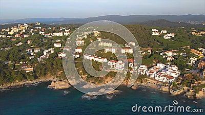 Metraggio sopra Costa Brava costiero, piccolo villaggio Calella de Palafrugell del fuco della Spagna video d archivio