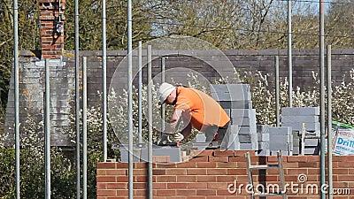 Metselaar die een nieuw huis bouwen stock footage video for Nieuw huis bouwen