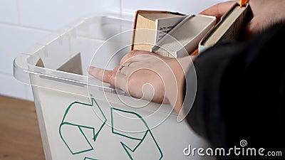 Mettere a mano libri vecchi nel cestino Concetto di riciclaggio della carta Attraversamento di libri Concetto di ecologia video d archivio