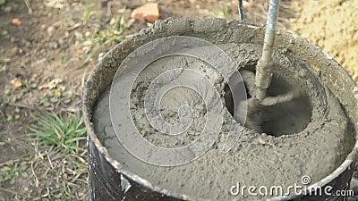 Mezcla de mortero de cemento, agua y arena almacen de metraje de vídeo