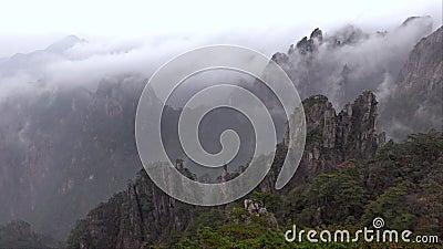 Mgła w górach Huangshan, znana jako Żółta góra, Anhui, Chiny zbiory wideo