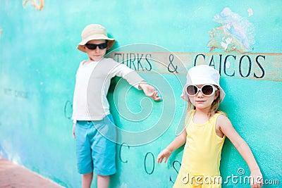 Miúdos adoráveis nos turcos e no Caicos