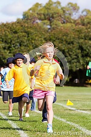 Miúdos na raça dos esportes Fotografia Editorial