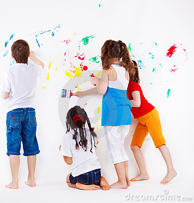 Miúdos que pintam a parede