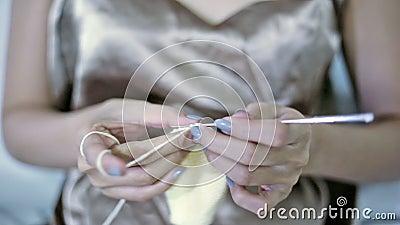 Miękka część skupiający się młodej dziewczyny ` s wręcza szydełkowanie zbiory