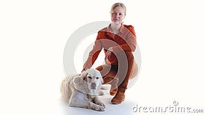 Miłość dla zwierząt domowych studyjny portret kobiety i golden retriever w studio na białym tle zdjęcie wideo