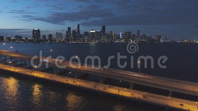 Miami Brickell à Noite Centro da cidade Cityscape urbano Vista aérea filme