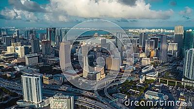 MIAMI, FLORIDA, U.S.A. - GENNAIO 2019: Volo aereo di vista di panorama del fuco sopra la città di Miami Edifici alti da sopra archivi video