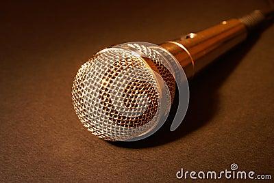 Micrófono en oro