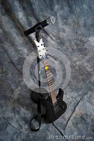 Microphone and electric guitar
