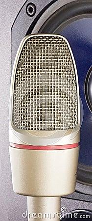 Microphone with loudspeaker