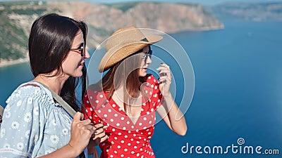 Middelgroot close-up twee aantrekkelijke roddel jonge vrouw die besprekend het bewonderen verbazende aard genieten van stock videobeelden