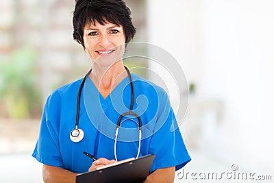 Midden oude verpleegster
