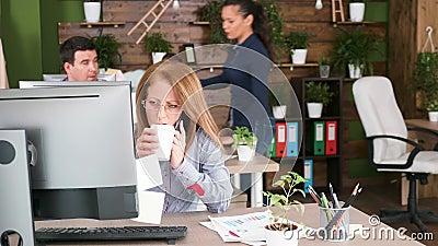 Middenleeftijds vrouwelijke bedrijfseigenaar die professioneel telefoongesprek hebben stock videobeelden