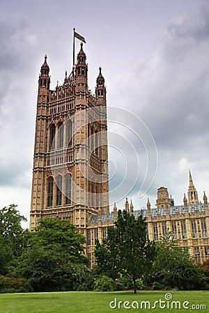Mieści pałac parlamentu Westminster