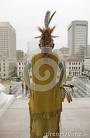 Miembro tribal americano del indio y de Powhatan Foto editorial