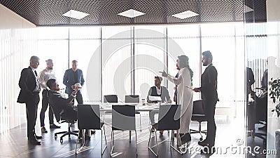 Mieszani biegowi partnery biznesowi dyskutuje o złym kontrakcie zbiory