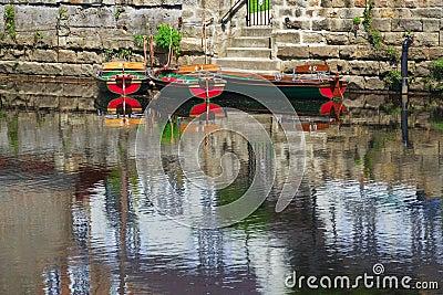 Mieteboote auf Fluss tauchen mit Reflexionen auf