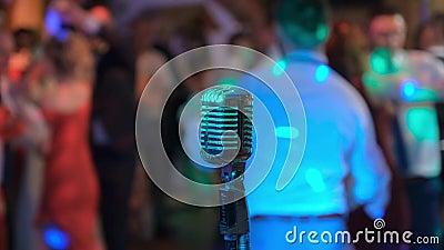 Mikrofon Vintage na tle tańczących ludzi Klub nocny Disco zbiory