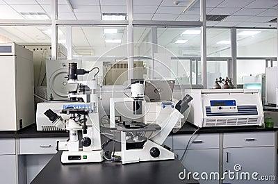 Mikroskop i ett laboratorium