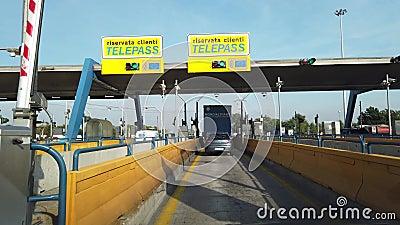 Milano, Italië Driving shot, bestuurdersstandpunt Rijden op de snelweg A4 van Milano naar Bergamo Automatische snelwegentol stock video