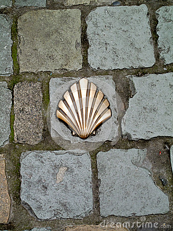 Milestone in shape of a shell inserted in the pavement
