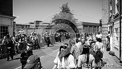 Milicyjna inwigilacja tłum podczas królewskiego ślubu