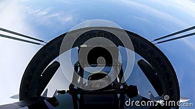 Militär su-35-jet röker samtidigt som man rullar en tunna och flyger extremt i luften stock video