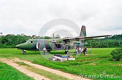 Militärflugzeug im Dschungel, Bolivien Redaktionelles Foto