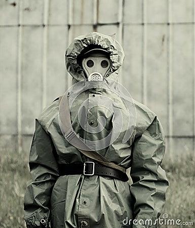 militaire dans la tenue de protection et le masque de gaz. Black Bedroom Furniture Sets. Home Design Ideas