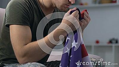 Militar que guarda a bandeira nacional nas mãos, símbolo patriótico, Dia da Independência vídeos de arquivo
