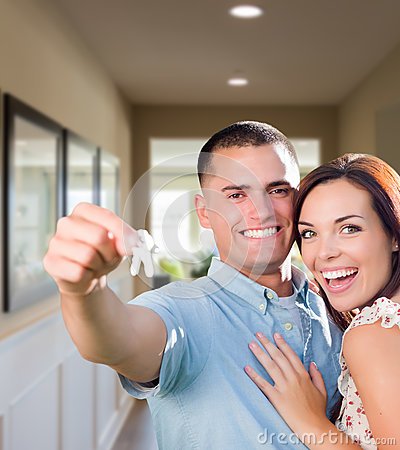 Free Military Couple With House Keys Inside Hallway Royalty Free Stock Images - 82148419