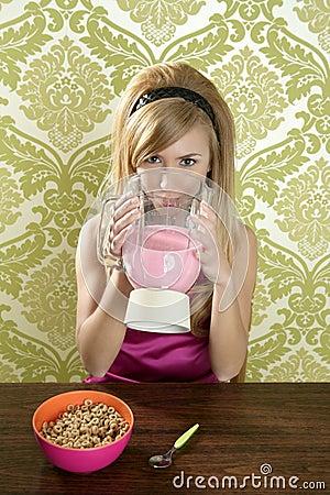 Milkshake de consumición de la fresa de la mujer retra