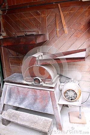 Mill for crushing maize grains