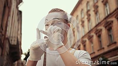 Mime bewegt sich Finger in Handschuhen mit Suspendern, konzentriert, dann überrascht stock video