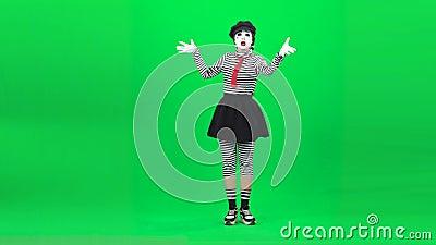 Mime fille chante une chanson et s'incline Clé chromatique Longueur complète banque de vidéos