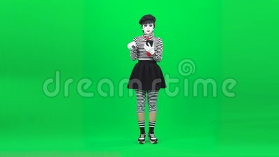Mime fille fait du selfie, choisit la photo Clé chromatique Longueur complète clips vidéos