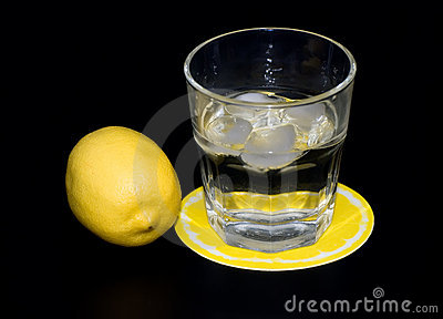 Mineral water with ice and lemon